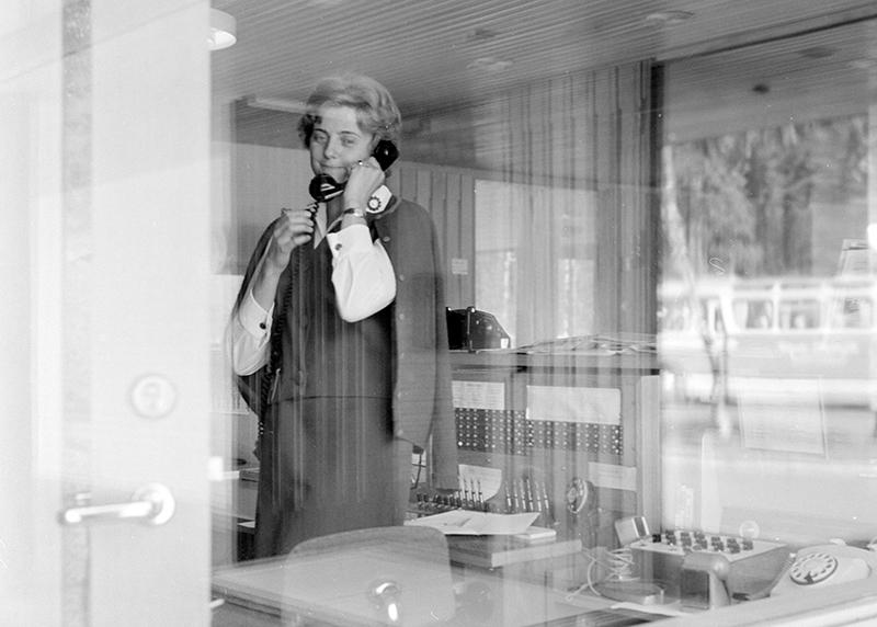 Resepsjonist på Voksenåsen i telefon i 1960