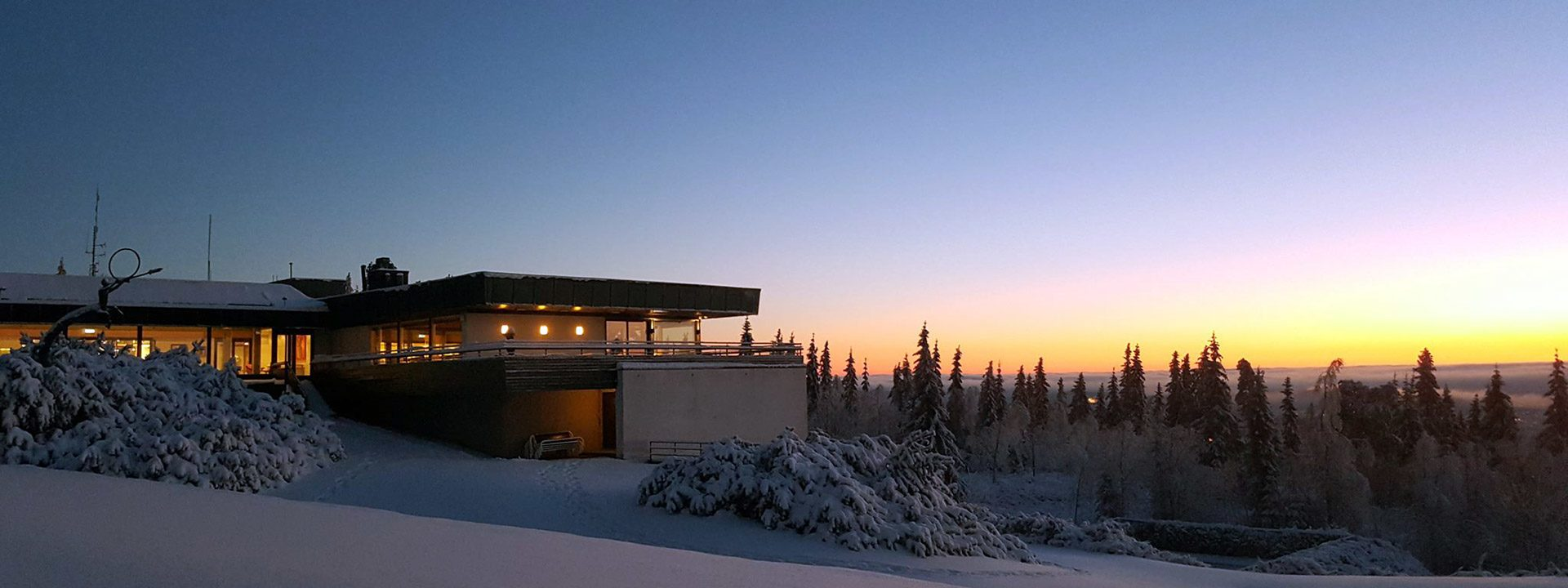 vinteromgivelser og kveld på Voksenåsen