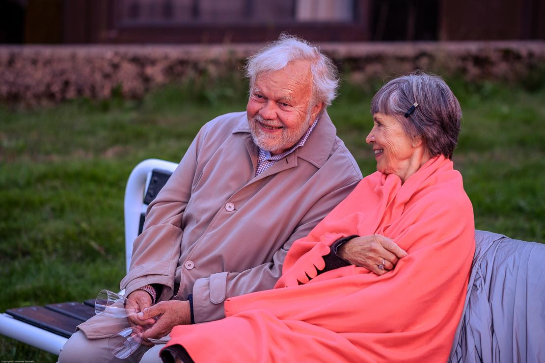Mann og dame på benk ute