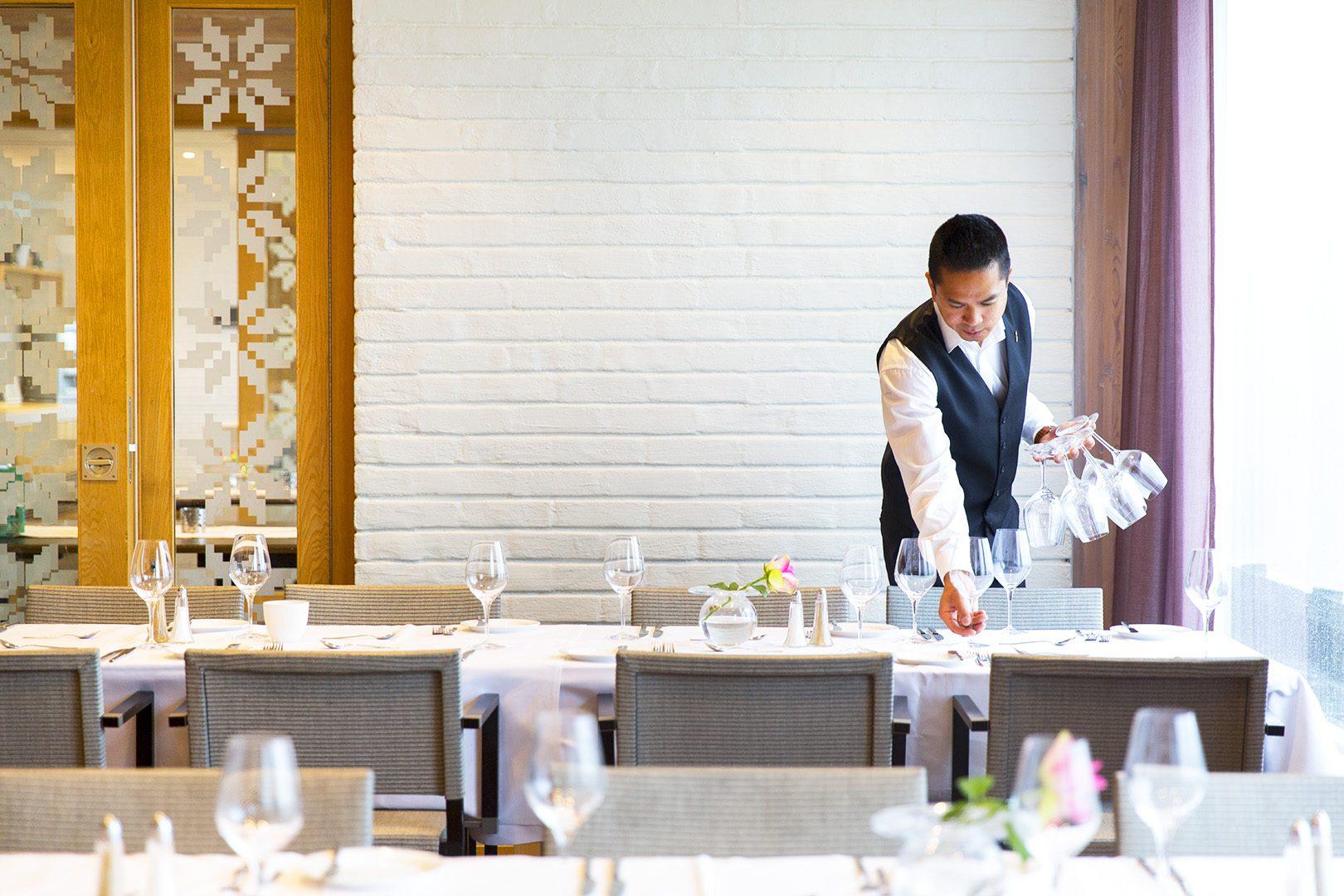Servitør dekker bord