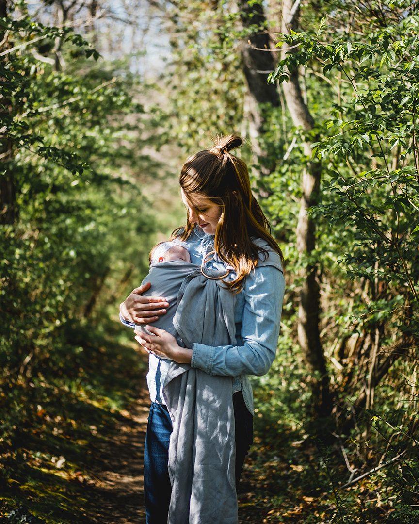 Mor og barn i skog