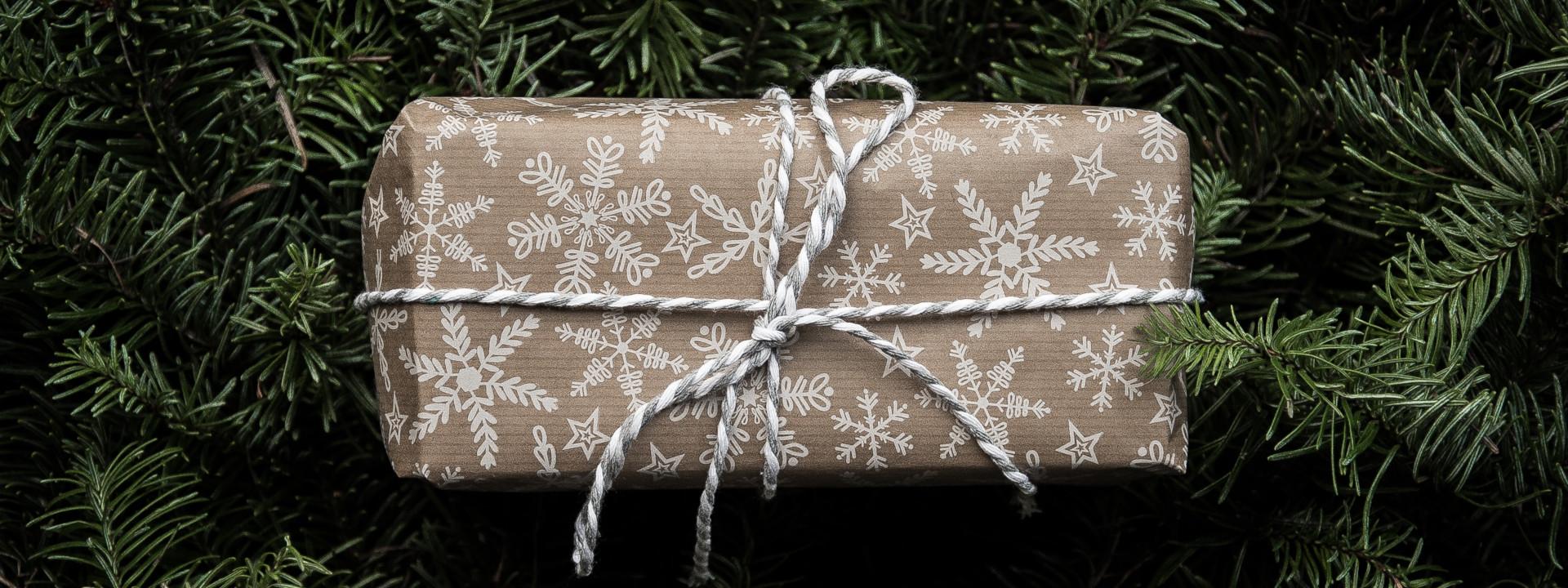 Innpakket julegave på granbar
