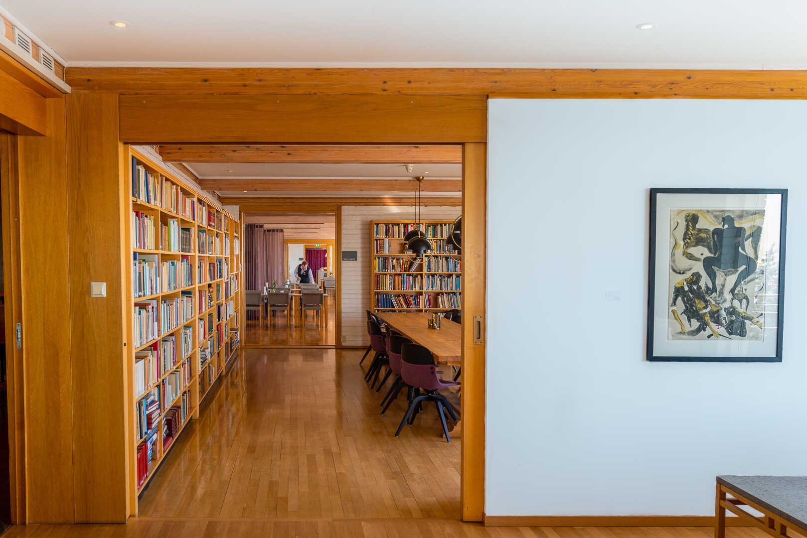 Bøker og bokhyller inne hos Voksenåsen
