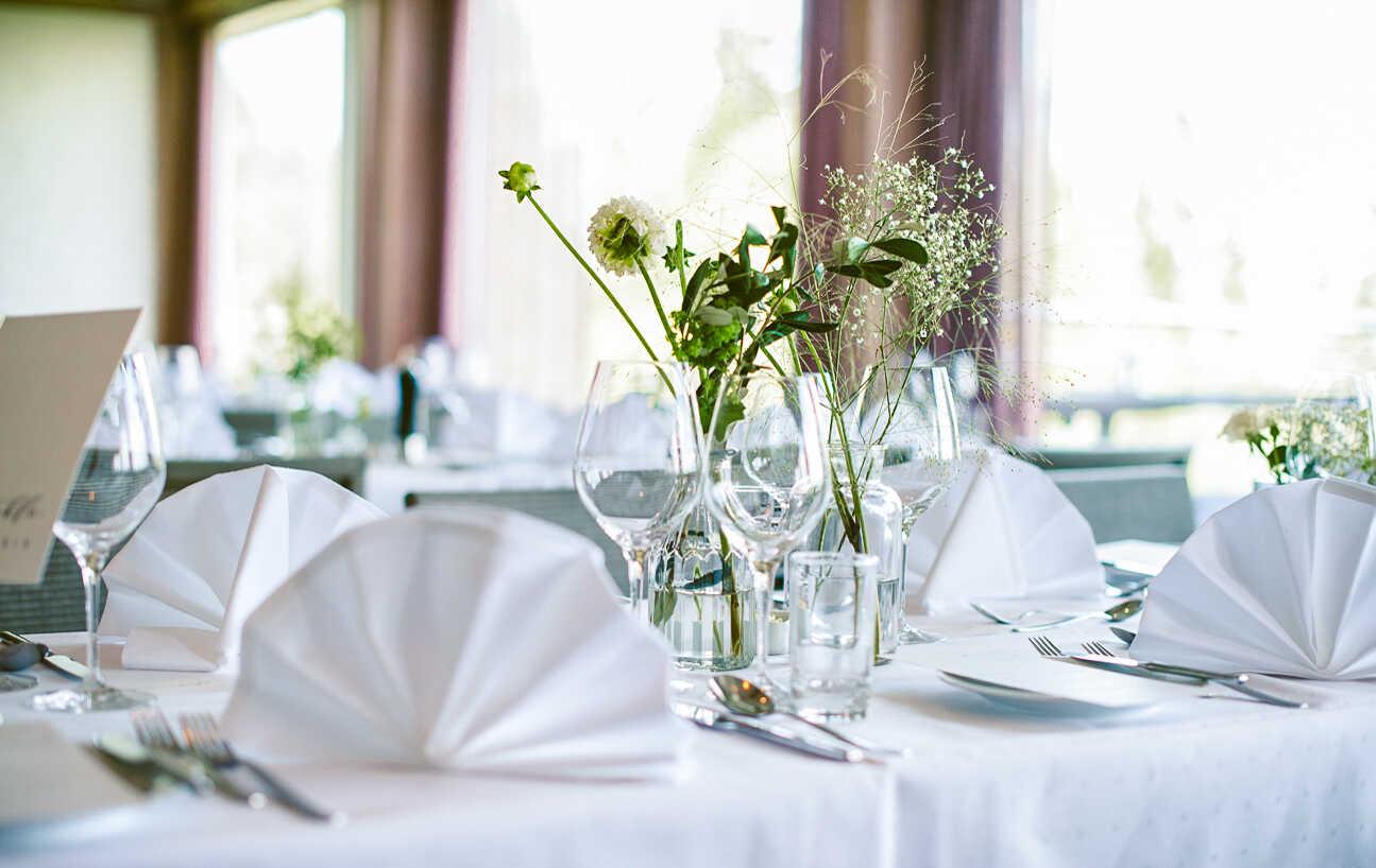 Pådekket bord til bryllup med blomster