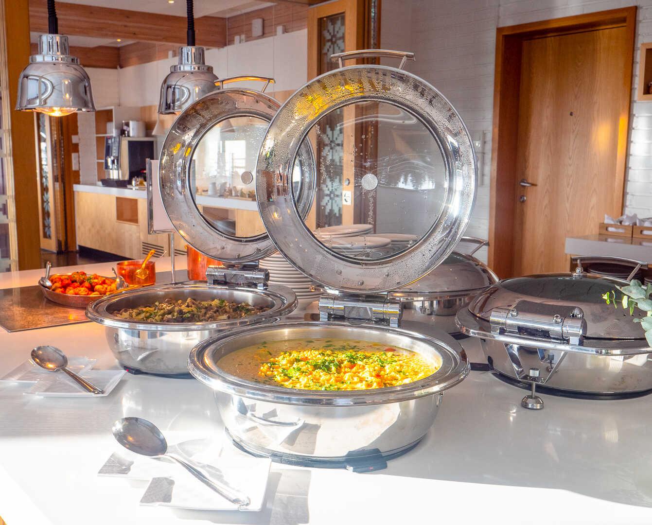 Buffet står klart i restaurant på Voksenåsen