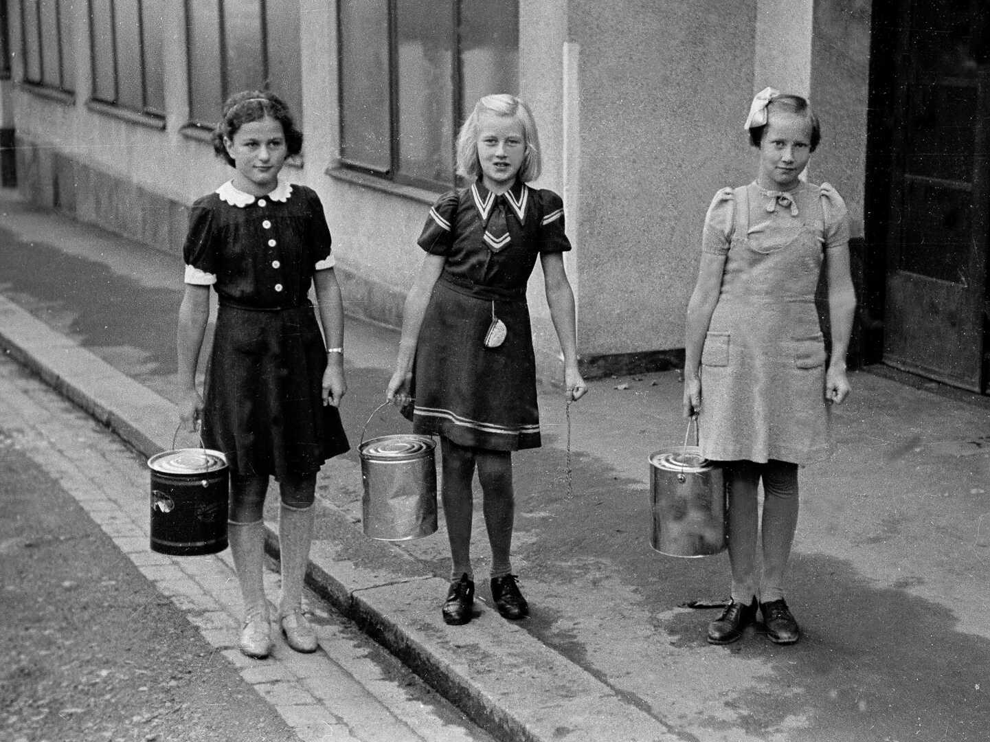 Tre skolepiker henter suppe til klassen under andre verdenskrig
