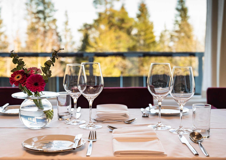 Pådekket bord i restauranten på Voksenåsen