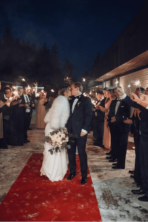 Brudepar omgitt av stjerneskudd